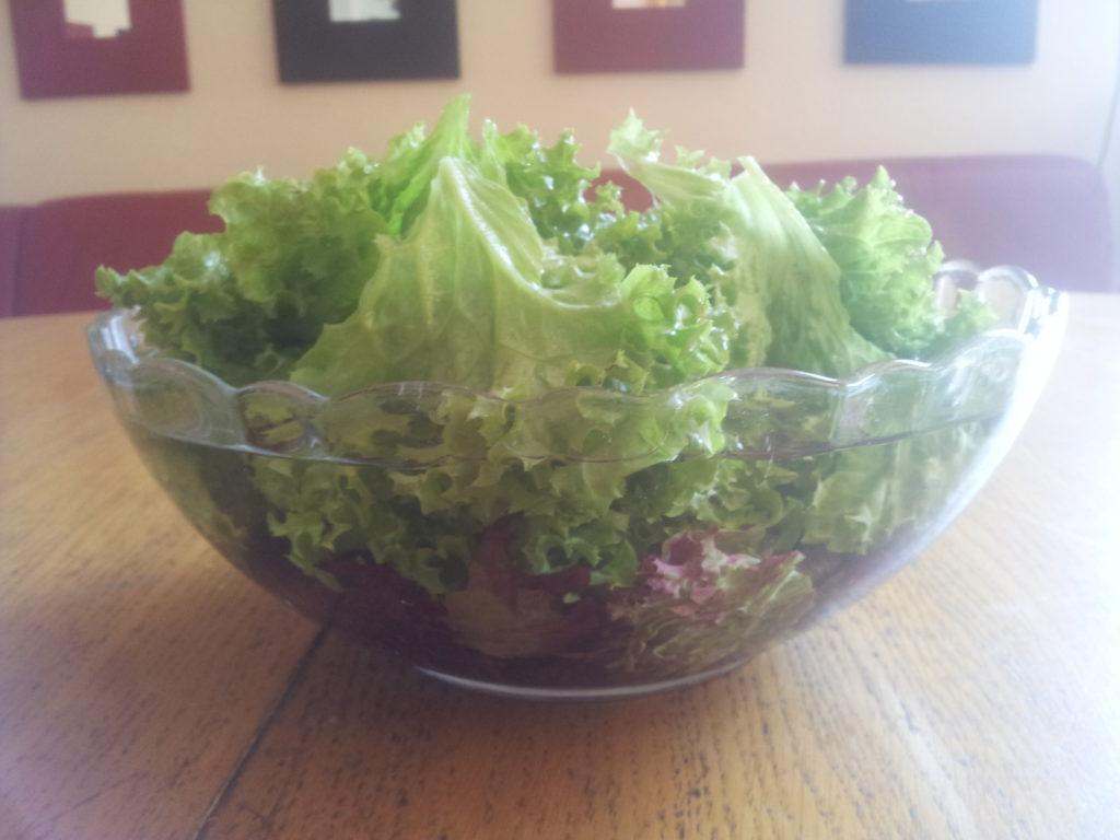 zu sehen ist wasser in form von salat
